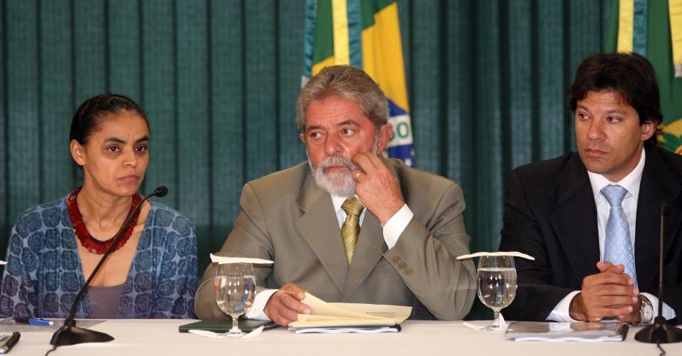 18.abr.2008: Da esq. para a dir., a então ministra do Meio Ambiente, Marina Silva, o presidente Lula e o ministro da Educação, Fernando Haddad, recebem lideranças indígenas em Brasília