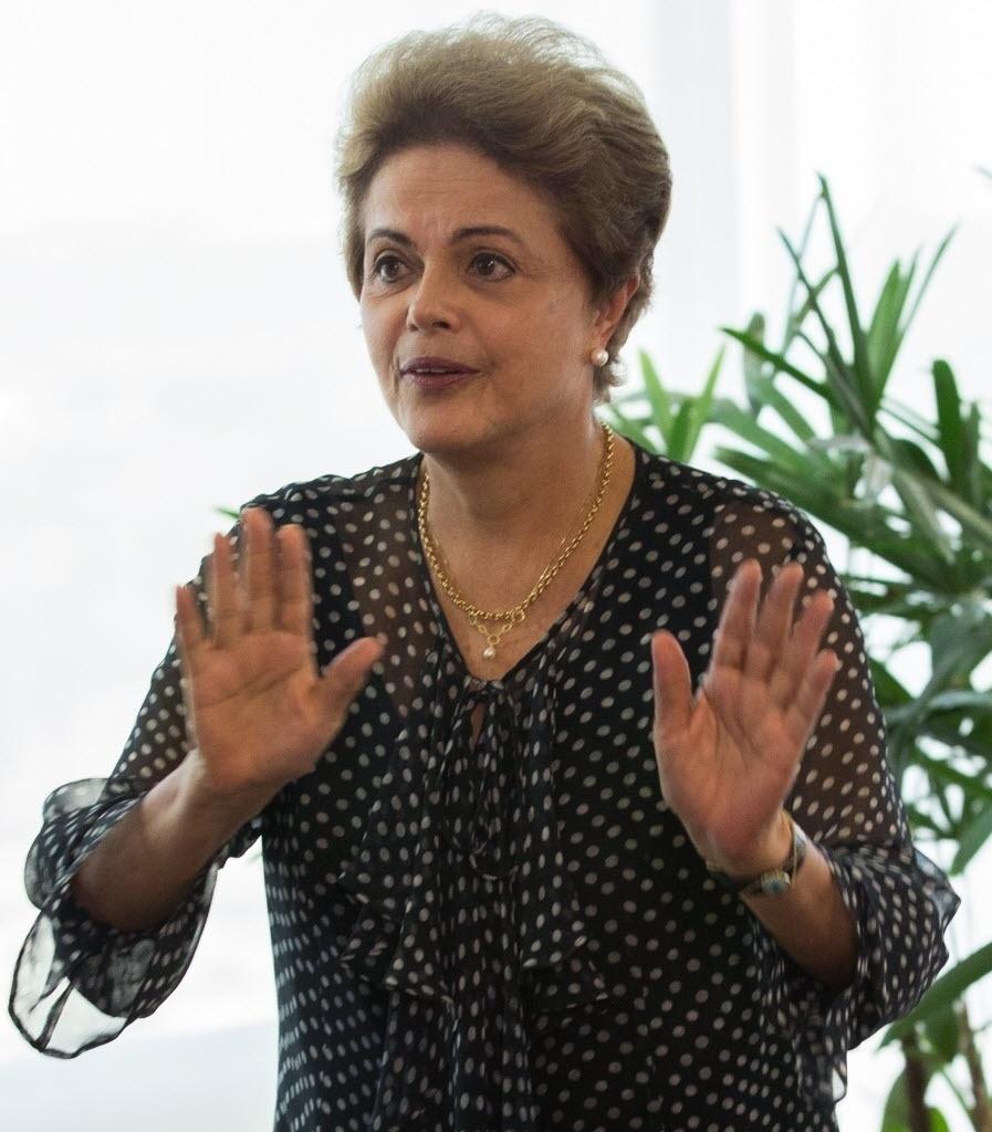 13.out.2015 - A presidente Dilma Rousseff participou de audiência com Ernesto Samper, secretário-geral da União das Nacões Sul-americanas (UNASUL), no Palácio do Planalto. Samper saiu em defesa do mandato da presidente e disse esperar que o Congresso Nacional respeite a Constituição na discussão sobre a abertura de um pedido de impeachment contra a petista