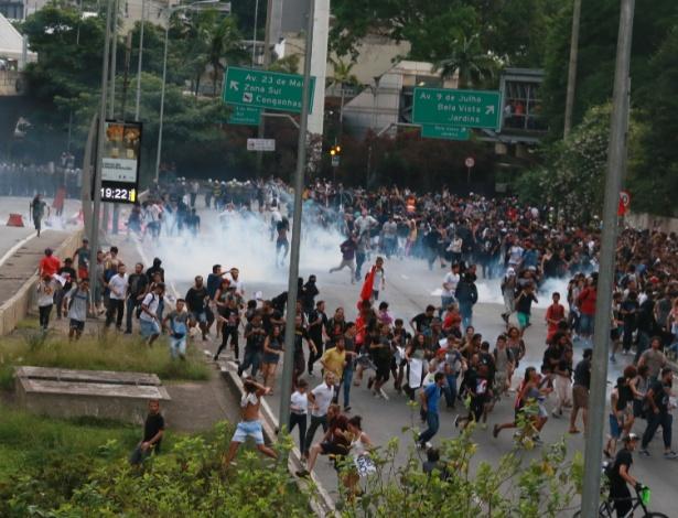 Policiais lançam bombas de gás contra manifestantes durante protesto contra o aumento do valor da tarifa do transporte público