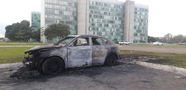 30.11.2016 - Carro queimado na noite de protesto na Esplanada, em Brasília