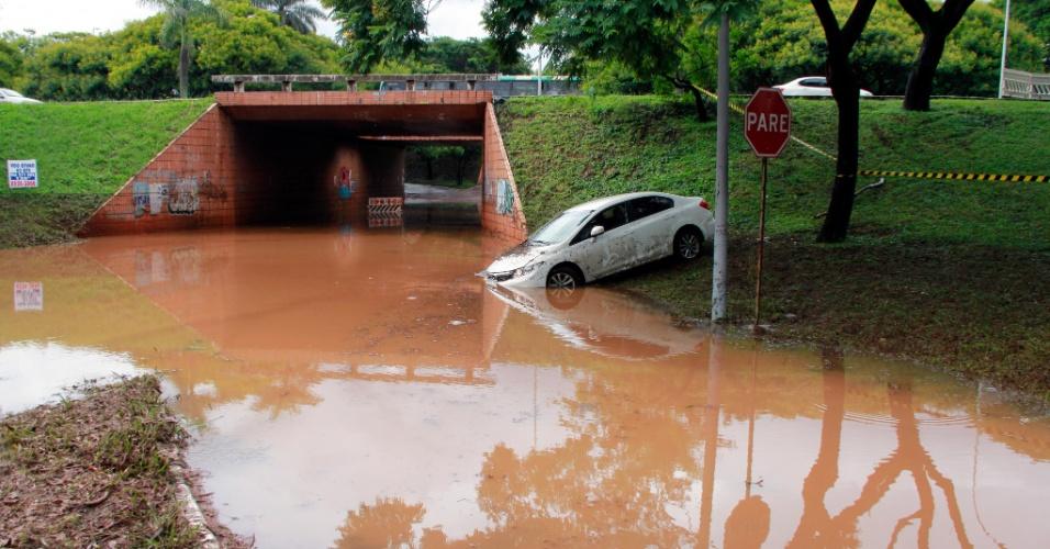23.jan.2016 - As fortes chuvas que atingem Brasília desde o começo do ano provocaram neste sábado (23) novos alagamentos em vias da cidade e deixaram veículos ilhados e até submersos, inclusive na área central