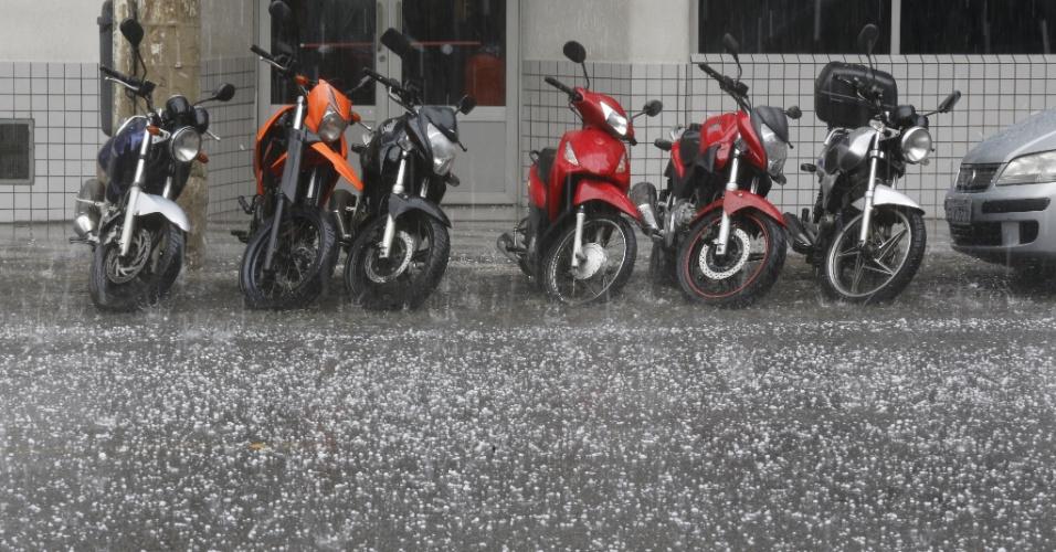 29.mar.2016 - Uma inesperada tempestade de granizo caiu na tarde desta terça-feira na região central de São Paulo. Segundo o CGE (Centro de Gerenciamento de Emergências) da Prefeitura de São Paulo, trata-se de fenômeno limitado ao centro de São Paulo. Não há informações sobre alagamentos