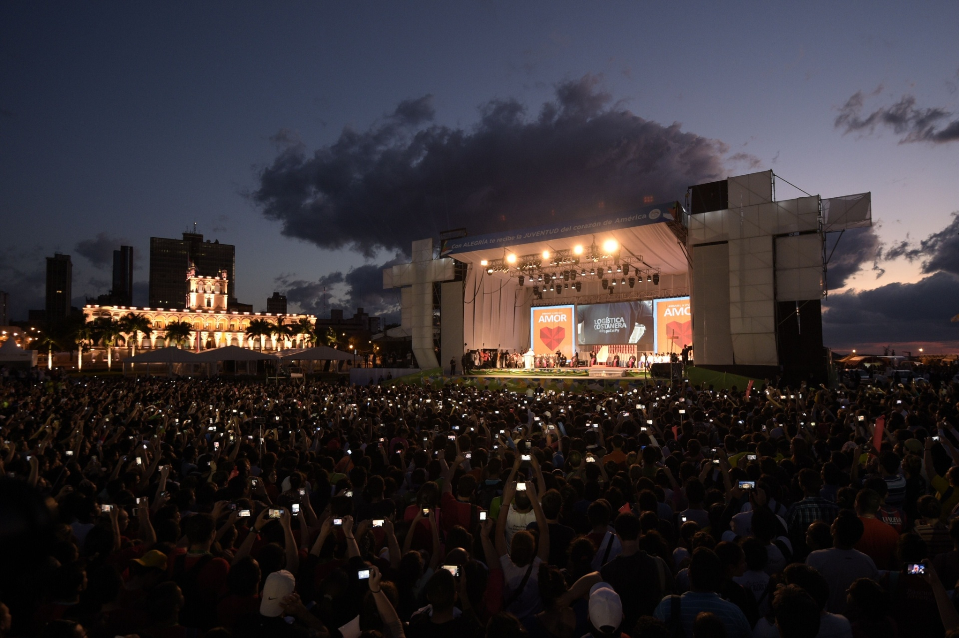 12.jul.2015 - Multidão acompanha missa celebrada pelo papa Francisco, no final da tarde deste domingo (12), em Assunção, no Paraguai. Hoje é o último dia da viagem do pontífice à América do Sul, uma visita considerada