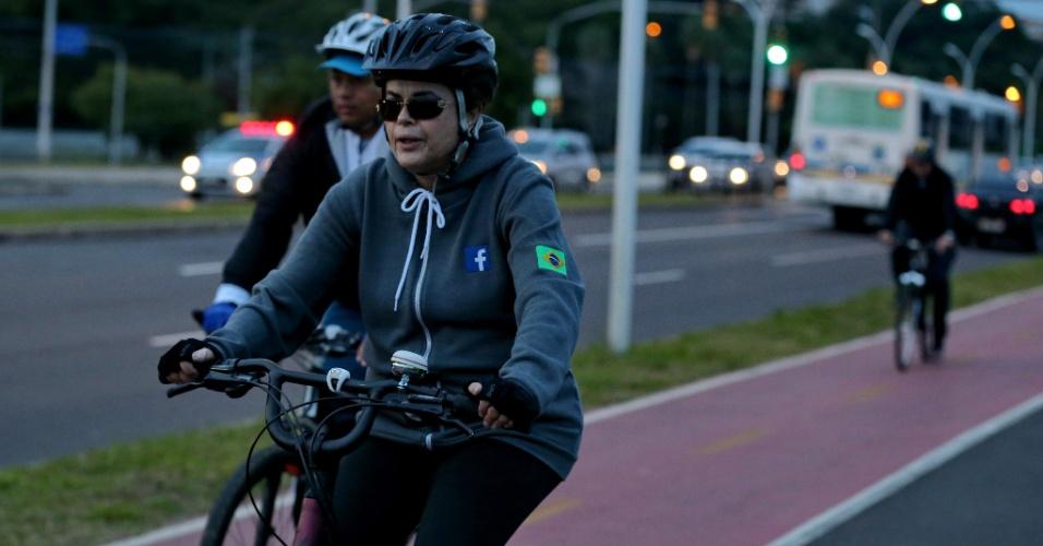 27.mai.2016 - A presidente afastada, Dilma Rousseff, volta a andar de bicicleta pela zona sul de Porto Alegre (RS) acompanhada de seguranças. Dilma deixou o seu apartamento, no bairro Tristeza, por volta das 7h, e retornou uma hora depois
