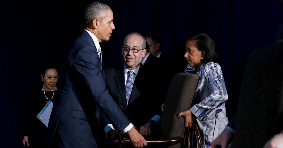 19.nov.2015 - O presidente dos EUA, Barack Obama, e a Conselheiro de Segurança Nacional, Susan Rice, movem uma cadeira em direção à mesa de reuniões para um encontro da delegação norte-americana com o primeiro-ministro do Japão, Shinzo Abe (que não está na foto), durante a cúpula da Apec (Cooperação Econômica Ásia-Pacífico), em Manila, nas Filipinas