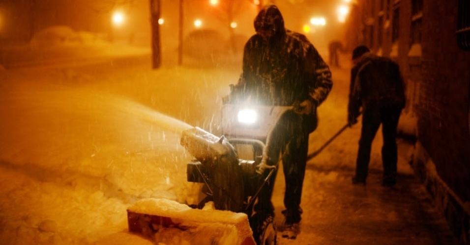 24.jan.2016 - Homem limpa calçada durante tempestade de neve no último sábado (23), em Nova York. Grande parte da costa leste dos Estados Unidos foi atingida por uma nevasca que prometia quebrar recordes