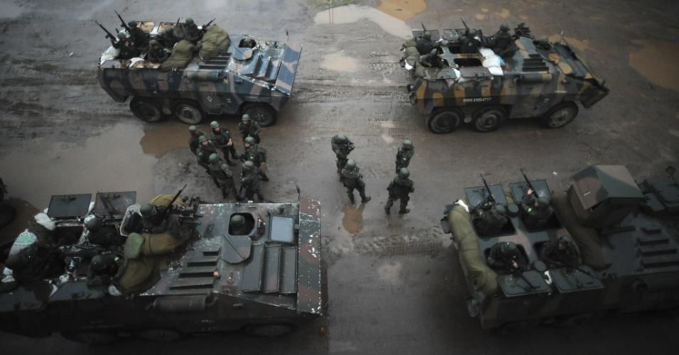 19.jun.2015 - Tropa das Forças Armadas patrulha comunidade do complexo da Maré, na zona norte do Rio de Janeiro. A Força de Pacificação vai deixar as favelas no dia 30 de junho, após 15 meses de ocupação