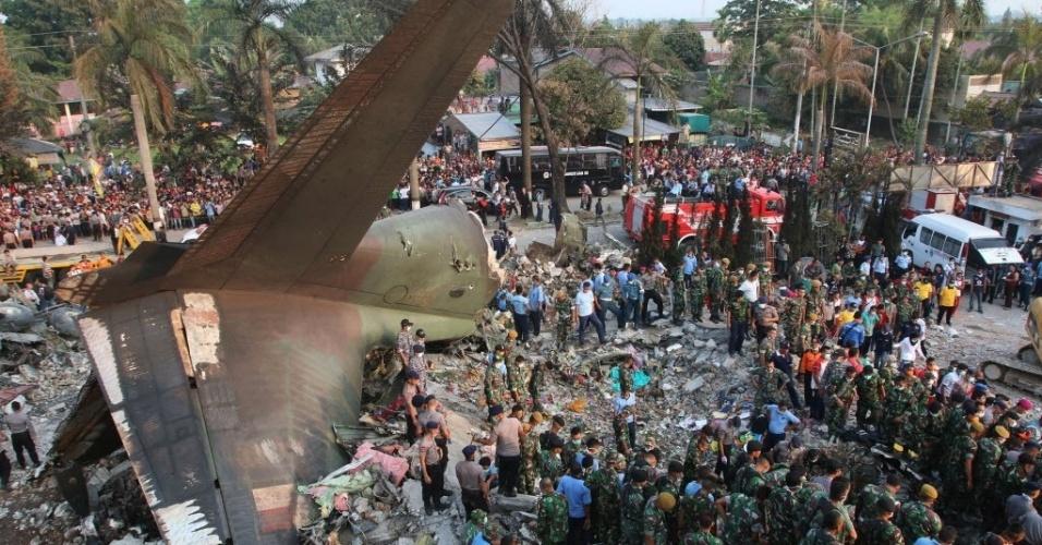 30.jun.2015 - Forças de segurança e equipes de resgate examinam os destroços de um avião de transporte militar indonésio C-130 Hercules, que caiu em área residencial da cidade de Medan, na ilha de Sumatra, Indonésia. O acidente incendiou casas e veículos e matou mais de cem pessoas