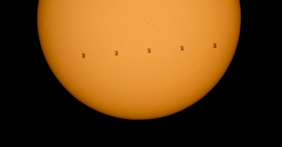 8.set.2015 - ESTAÇÃO ESPACIAL - Montagem feita a partir de cinco fotos mostra a Estação Espacial Internacional passando em frente ao Sol, no domingo (6). A imagem foi divulgada nesta terça-feira (8). A estação tem uma tripulação de nove astronautas