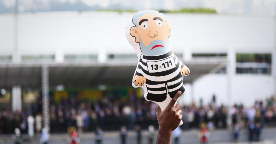 7.set.2015 - Bonecos do Pixuleco foram distribuídos para público do desfile de 7 de Setembro no Anhembi, em São Paulo