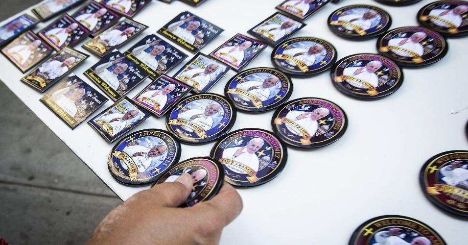 18.set.2015 - Cliente compra um botton com a imagem do papa Francisco em Nova York (EUA). O pontífice começará no próximo sábado (19) sua 10ª viagem internacional, um périplo que o levará a Cuba e aos Estados Unidos durante nove dias, nos quais fará 26 discursos