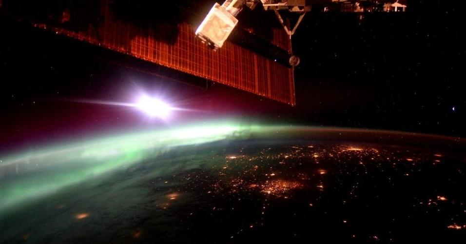 """2.out.2015 - Ver a aurora boreal diariamente é uma das vantagens de estar no espaço. """"Uma dose de aurora boreal pela amanhã ajuda a acordar"""", escreveu o astronauta Scott Kelly na postagem da foto no Twitter"""