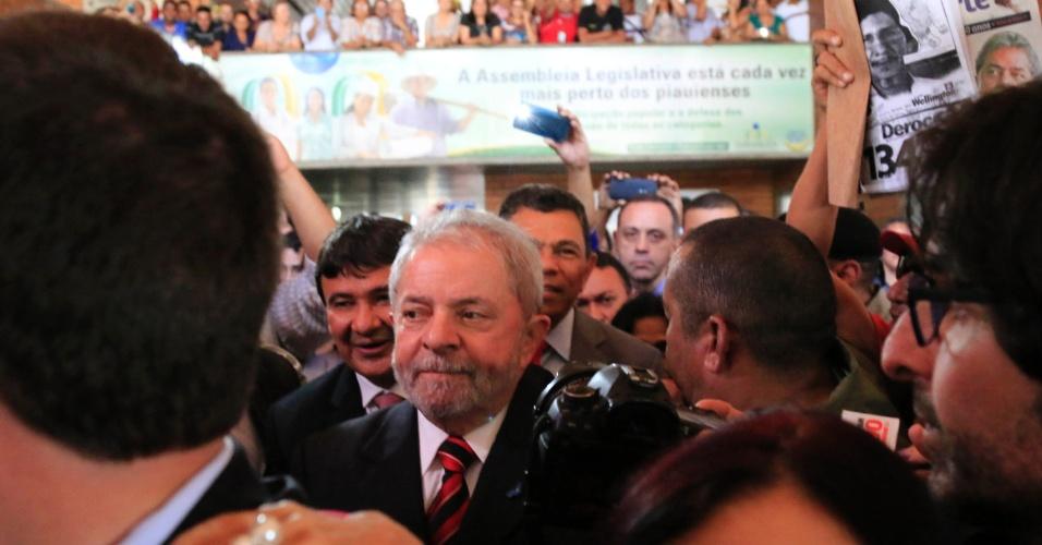 21.out.2015 - O ex-presidente Luiz Inácio Lula da Silva chega a Assembleia Legislativa do Piauí onde recebeu título de Cidadão Piauiense