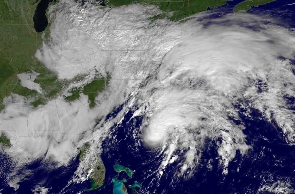 """10.nov.2015 - Foto de satélite da Nasa (Agência Espacial Norte-Americana) registra a tempestade tropical Kate passando pelo Oceano Atlântico. Kate, a 11ª tempestade tropical da temporada de furacões na Bacia Atlântica, se afasta das Bahamas, segundo o Centro Nacional de Furacões (NHC) dos Estados Unidos. Os meteorologistas do NHC indicaram que o """"centro de Kate permanecerá afastado da costa leste dos EUA e norte das Bermudas"""", e previram um """"fortalecimento adicional de Kate nas próximas 48 horas"""", período em que a tempestade """"pode se transformar em furacão na quarta-feira (11)"""""""
