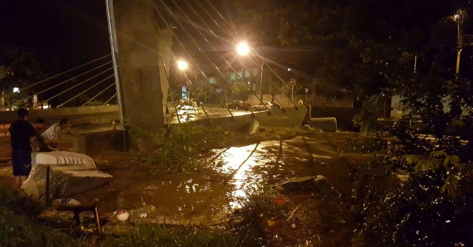 11.mar.2016 - Água alaga a ponte estaiada na Vila Cruzeiro, em Itatiba, no interior de São Paulo. A chuva causou estragos em casas e estabelecimentos comerciais na cidade
