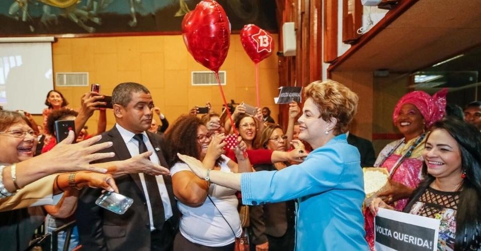 16.jun.2016 - A presidente afastada, Dilma Rousseff, é cumprimentada por simpatizantes na Assembleia Legislativa da Bahia, onde recebeu o título de cidadã baiana, em Salvador
