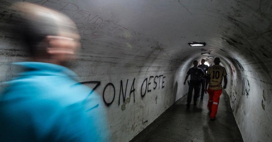 21.out.2016 - Pedestres andam pela passagem subterrânea conhecida como