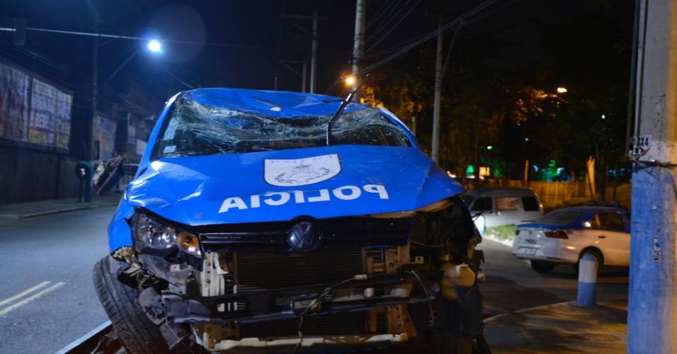 12.jul.15 - Em uma perseguição a um veículo suspeito, dois policiais foram parar por engano na entrada do Complexo do Salgueiro, em São Gonçalo, na Região Metropolitana do Rio de Janeiro. O carro do 35º BPM (Itaboraí) foi atacado por ce