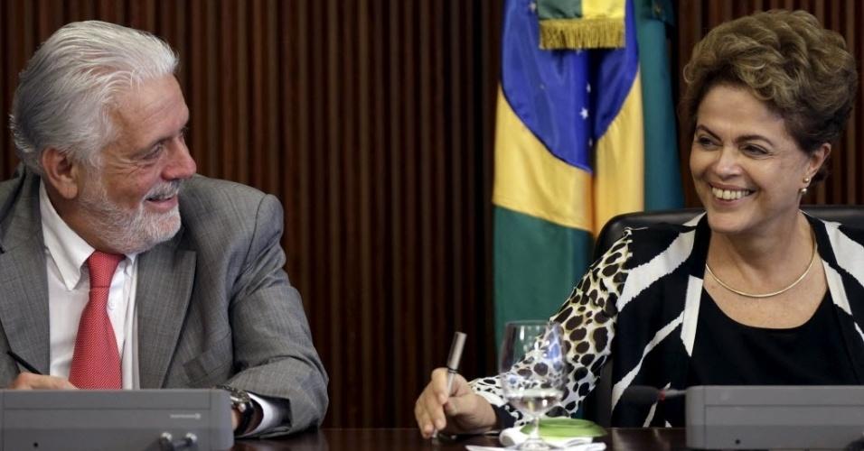3.dez.2015 - A presidente do Brasil, Dilma Rousseff, e o ministro da Casa Civil, Jaques Wagner, riem durante encontro da mandatária com ministros no Palácio do Planalto, em Brasília