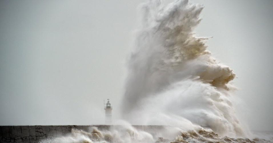 8.fev.2016 - Ondas quebram sobre o farol Newhaven, na costa sul da Inglaterra, durante a recente tempestade que atingiu o país. Ventos fortes de mais de 150 km/h atingiram a região no dia anterior, forçando o fechamento de estradas e de ferrovias. Áreas ficaram alagadas na Inglaterra e no País de Gales