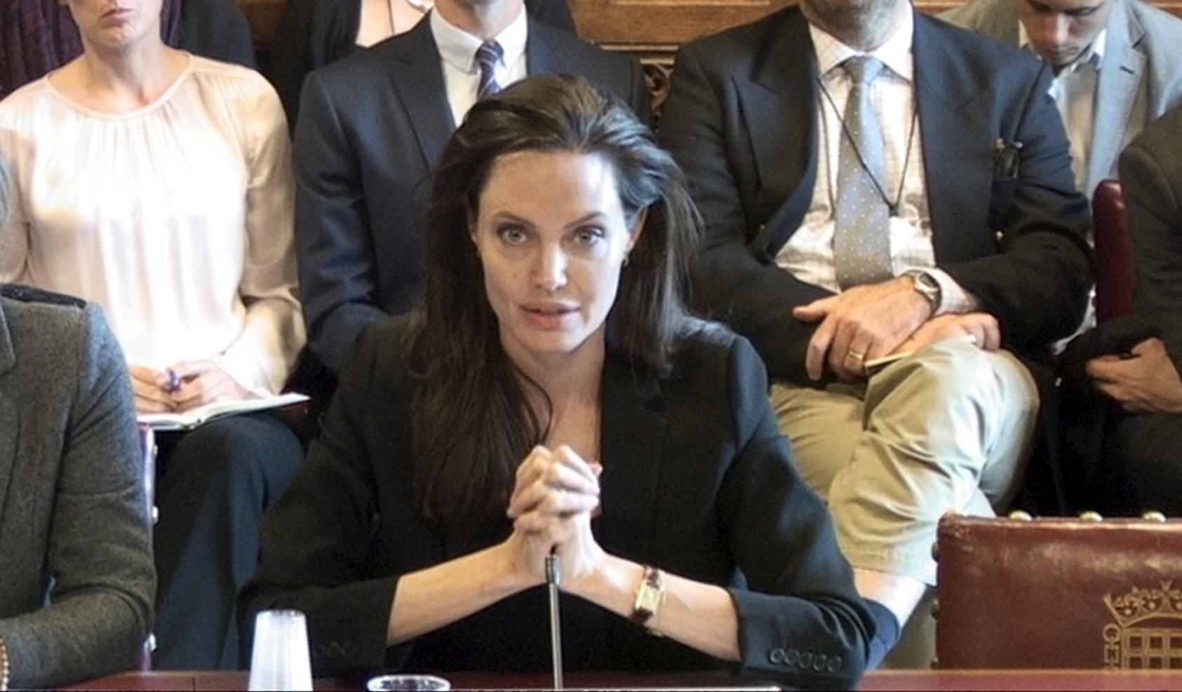 8.set.2015 - A atriz Angelina Jolie, enviada especial do Alto Comissariado das Nações Unidas, fala sobre práticas de prevenção à violência sexual em conflitos, durante audiência na Câmara dos Lordes -- a instância mais alta do parlamento britânico -- em Westminster, Londres