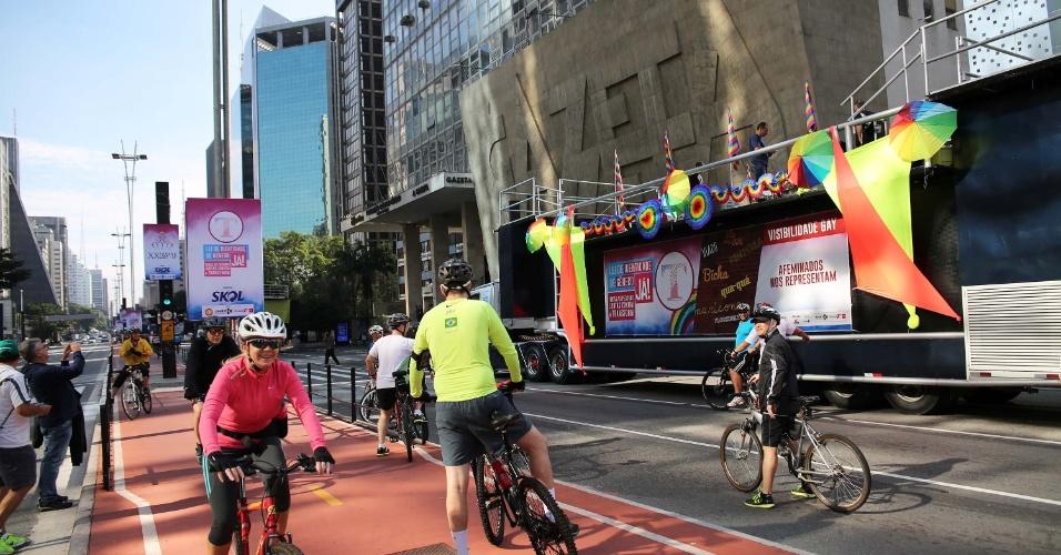 29.mai.2016 - Ciclistas aproveitam o movimento tranquilo da manhã deste domingo para pedalar na ciclovia da avenida Paulista, na altura do prédio da Fundação Cásper Líbero, antes do início da 20ª Parada do Orgulho LGBT de SP