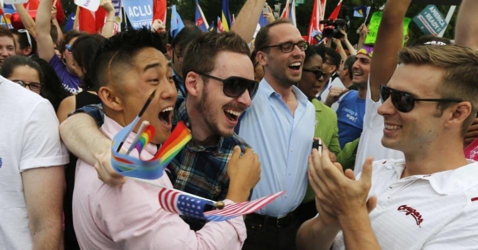 26.jun.2015 - Ativistas pelos direitos dos homossexuais comemoram a decisão histórica da Suprema Corte dos EUA, que derrubou nesta sexta-feira (26) vetos estaduais ao casamento gay, legalizando a prática para o todo o território americano