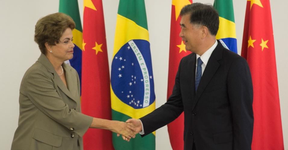 26.jun.2015 - A presidente Dilma Rousseff recebe o vice-primeiro-ministro da China, Wang Yang, em Brasília (DF)