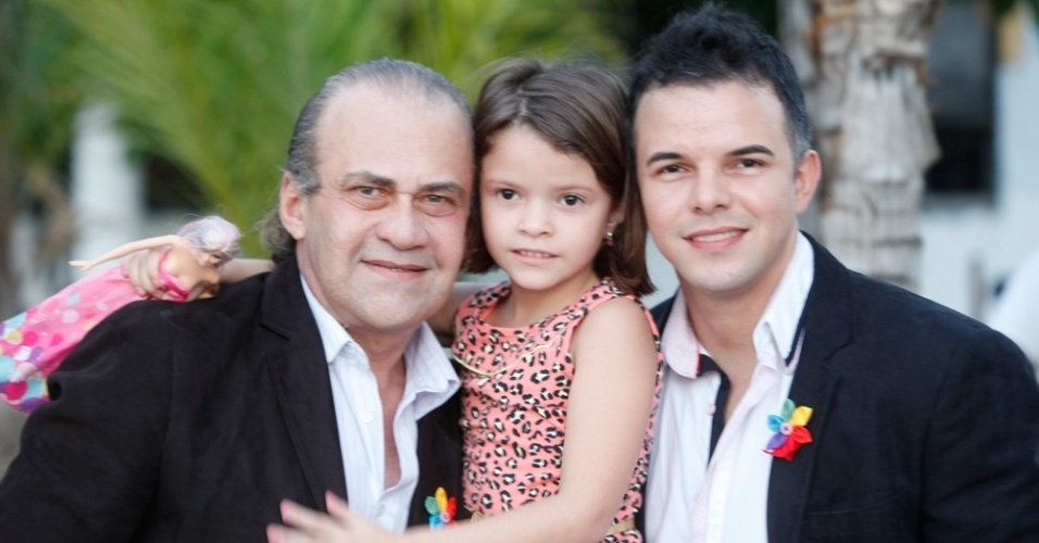 27.jun.2015 - Casal posa para foto antes do seu casamento em Estoril, em Fortaleza (CE), no 2º Casamento Coletivo Civil Homoafetivo, neste sábado (27). A cerimônia foi realizada pela juíza Toia Vasconcelos