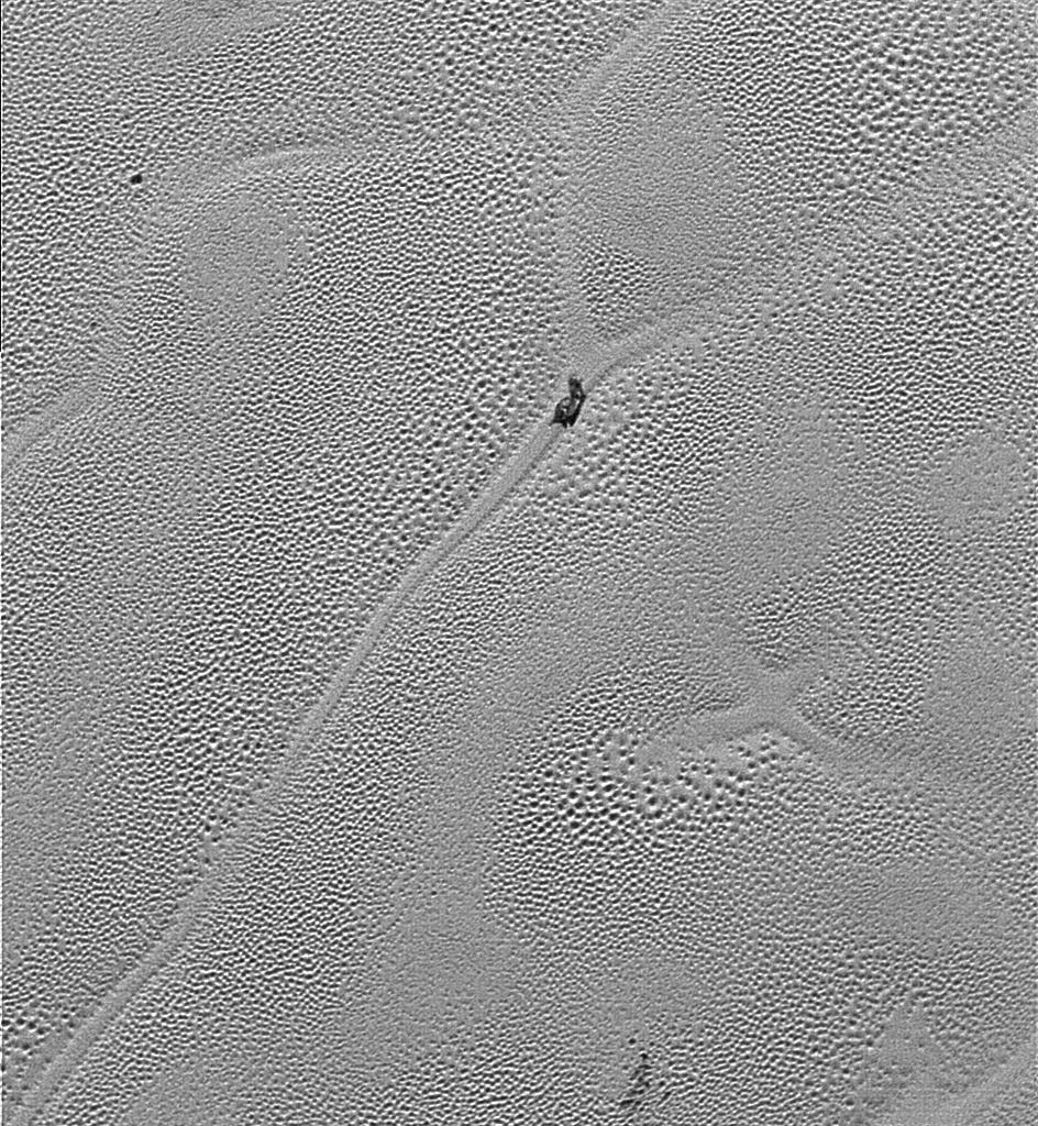 8.jan.2015 - Uma nova imagem de Plutão enviada pela sonda New Horizons para a Nasa (Agência Espacial Norte-Americana) mostra o que os pesquisadores acreditam ser o movimento de enormes bolhas de nitrogênio solidificado na superfície do planeta anão (que aparecem na foto como um solo granulado). A imagem foi recebida na véspera do Natal (24/12), e divulgada nesta sexta-feira (8). A fotografia registrou parte da planície gelada, ao lado esquerdo da região em formato de coração que ficou famosa no planeta. Segundo cientistas, é provável que a planície de Plutão seja composta por maciças bolhas de gelo de nitrogênio, um composto sólido que é móvel e aparece na superfície como colinas sem formas definidas e até se esfregam umas nas outras. Pesquisas da Nasa afirmam que o interior do planeta deve aquecer o gelo nitrogenado e promover a movimentação, funcionando como abajures de lava, com bolhas subindo e descendo