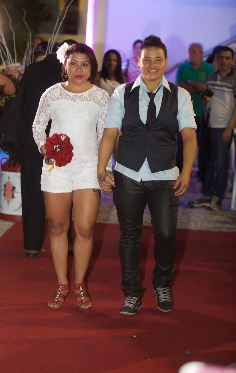 27.jun.2015 - Casal caminha em direção ao altar durante o 2º Casamento Coletivo Civil Homoafetivo, em Estoril, em Fortaleza (CE), neste sábado (27). A cerimônia foi realizada pela juíza Toia Vasconcelos