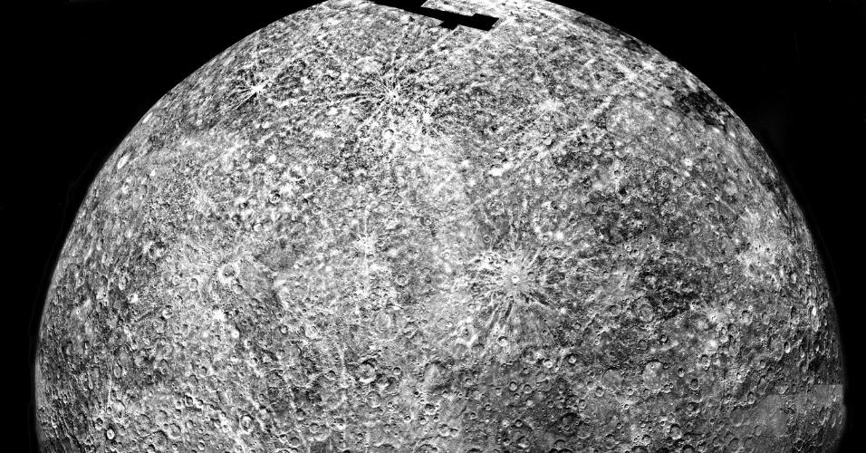 26.ago.2015 - MERCÚRIO - A primeira missão enviada pela Nasa para estudar Mercúrio foi a Mariner 10, em 1974. Antes de chegar a Mercúrio, a Mariner 10, além de também estudar Vênus, usou a gravidade do planeta para modificar sua própria velocidade e trajetória. Foi a primeira vez que isso aconteceu e essa técnica é considerada vital nas explorações espaciais desde então. Essa imagem é um mosaico de fotos coletadas pela espaçonave em um dos três sobrevoos que fez sobre Mercúrio. Durante as suas missões, a Mariner 10 fez mais de 7.000 fotos de Mercúrio, Vênus, Terra e Lua