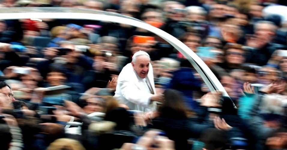 30.jan.2016 - Papa Francisco cumprimenta fiéis a caminho da praça de São Pedro, no Vaticano, para sua audiência do Jubileu da Misericórdia, neste sábado (30)