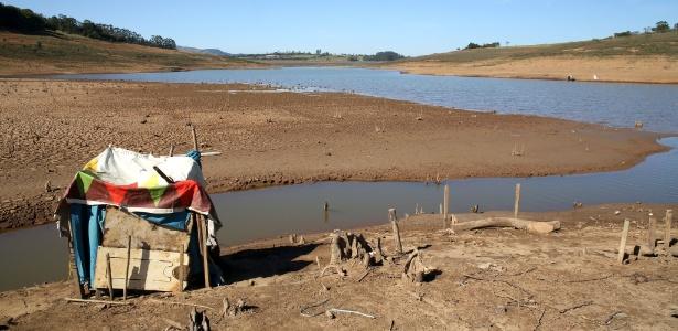 29.jul.2015 - O nível baixo da represa Jaguari-Jacareí, em Joanópolis (SP), permitiu a construção de um barraco em sua margem. A represa compõe o sistema Cantareira, que manteve o nível em 18,8% da água armazenada, segundo índice divulgado pela Sabesp