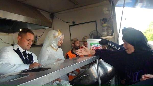 Casal turco faz banquete de casamento para refugiados sírios