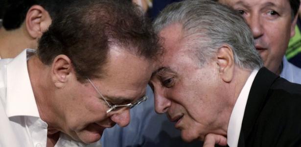 Michel Temer (dir.) conversa com Renan Calheiros, presidente do Senado