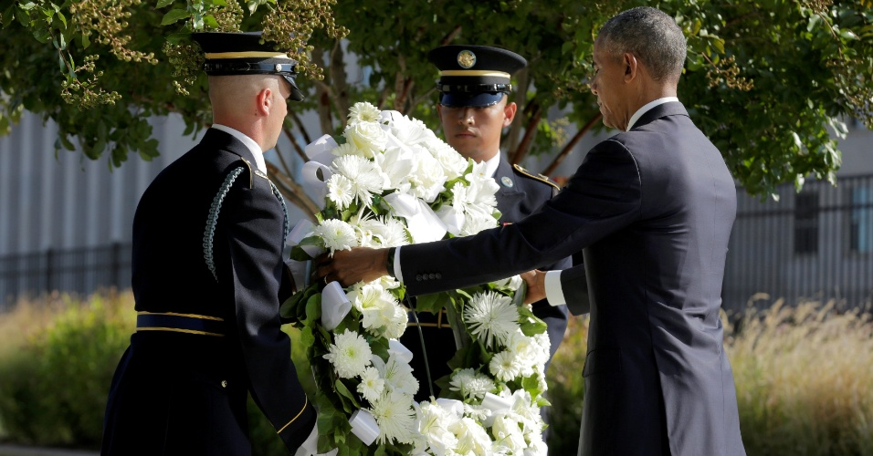 11.set.2016 - O presidente dos EUA, Barack Obama, homenageia os mortos com uma coroa de flores em cerimônia que marca o 15º aniversário dos ataques de 11 de setembro, no Pentágono, em Washington. No local, Obama pontuou que a diversidade do país vencerá o medo do terrorismo.