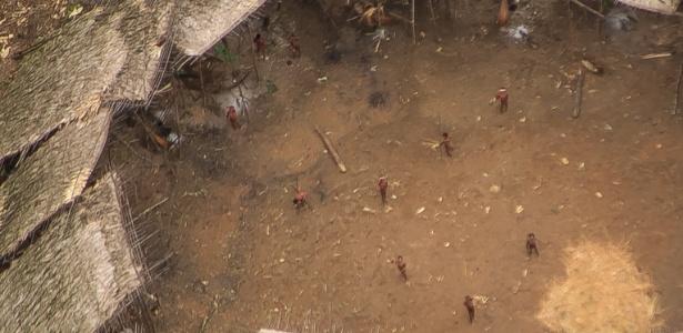 http://imguol.com/c/noticias/cb/2016/11/23/indios-yanomami-fotografados-perto-da-fronteira-com-a-venezuela-eles-parecem-estar-em-boa-saude-e-sua-populacao-parece-ter-crescido-1479912257416_615x300.jpg