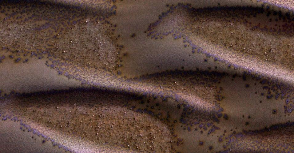 7.jun.2016 - É o final do inverno no hemisfério sul marciano e as dunas de areia começam a receber luz solar suficiente para iniciar o degelo do dióxido de carbono. Manchas de formam onde o gás carbônico escapa da superfície. A imagem foi feita no dia 27 de março de 2016