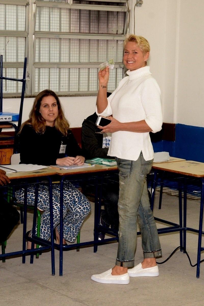 2.out.2016 - Xuxa Meneghel vota em escola no Rio de Janeiro no 1º turno das eleições municipais