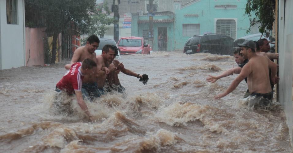 21.dez.2015 - A forte chuva que atingiu esta tarde São Paulo provocou alagamentos em diversos pontos da capital paulista e colocou a população em risco, como na região da rua Donato Luongo, na zona norte