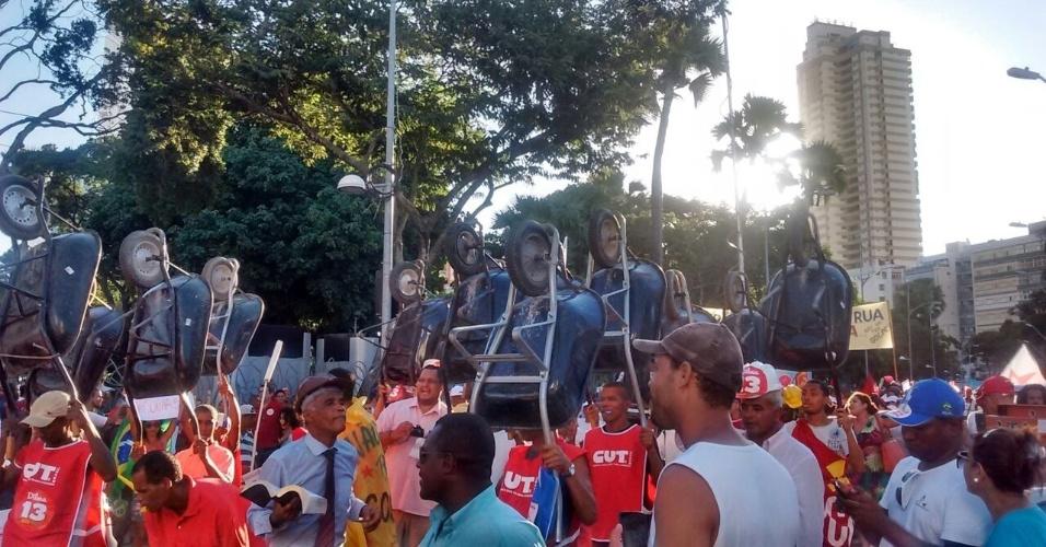 18.mar.2016 - Durante protesto pela democracia e em apoio ao governo da presidente Dilma Rousseff, manifestantes levantam seus carrinhos de mão e caminham em Salvador, na Bahia.  A imagem foi enviada pela advogada Oneide Andrade da Costa, 37, que esteve no ato
