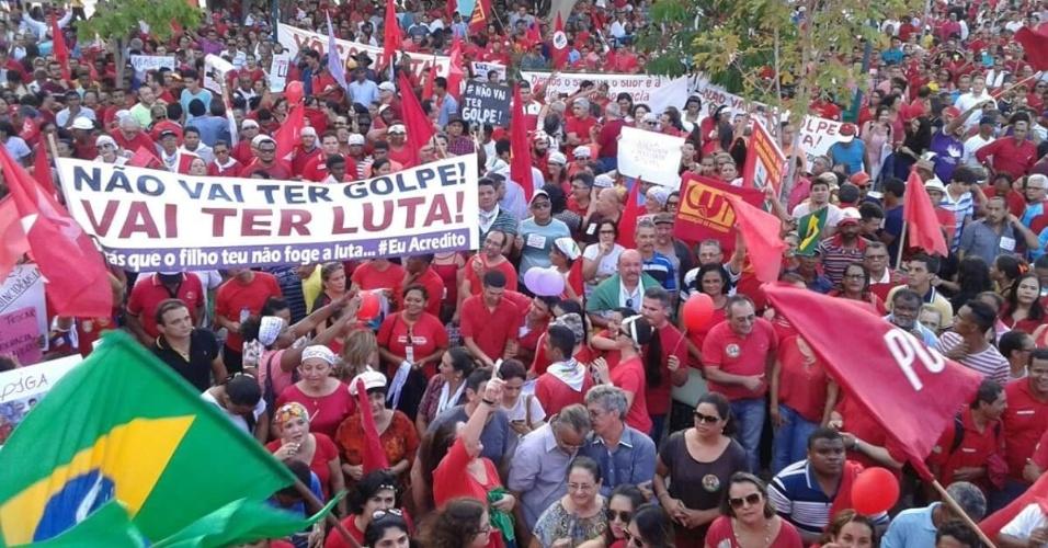 18.mar.2016 - Manifestantes participam de protesto pró-governo da presidente Dilma Rousseff e em defesa do ex-presidente Luiz Inácio Lula da Silva e da democracia em Teresina (PI).  A imagem foi enviada pela internauta Aline Medeiros