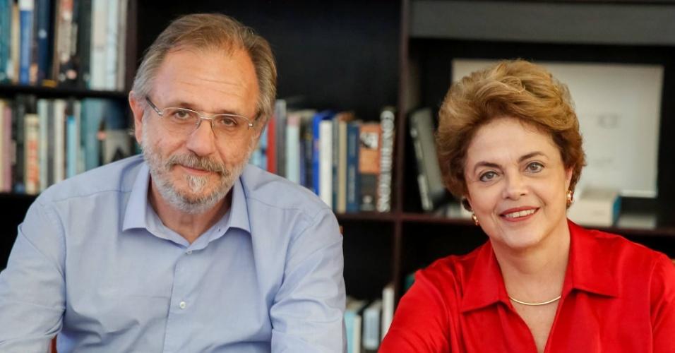 6.jun.2016 - A presidente afastada, Dilma Rousseff, participa de bate-papo em sua página no Facebook com o ex-ministro Miguel Rossetto