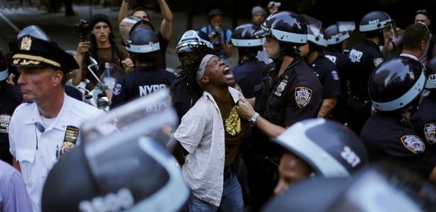 [Imagem: 7jul2016---manifestante-e-detido-pela-po...15x300.jpg]
