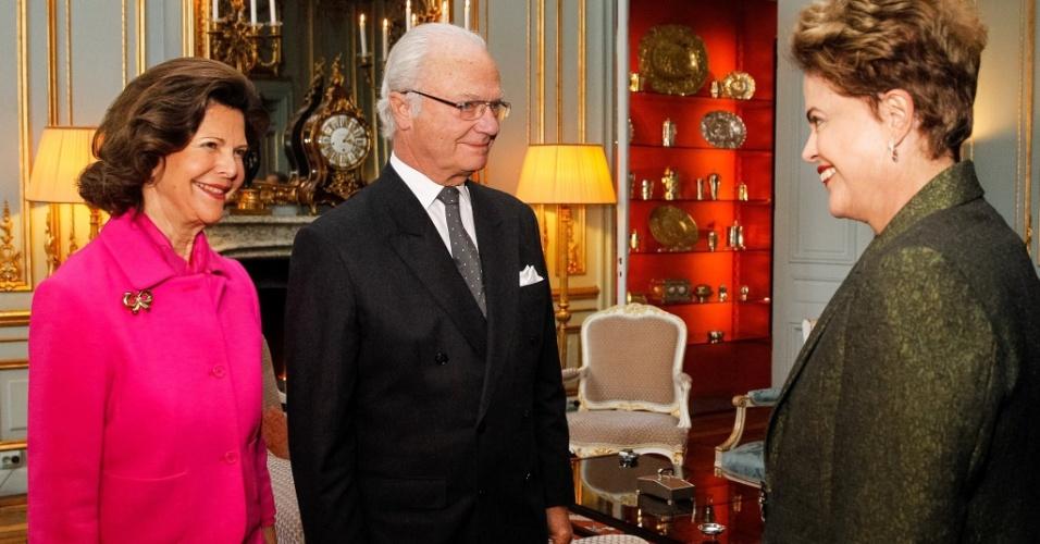 18.out.2015 - Na Suécia, a presidente Dilma Rousseff é recebida pelo rei Carlos 16 Gustavo e pela rainha Sílvia.