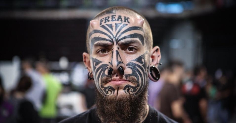 16.mai.2016 - Homem exibe modificações corporais durante a Convenção Internacional de Tatuagem, em Atenas, Grécia. Mais de 20.000 entusiastas das tatuagens se reúnem para mostrar artes e novidades