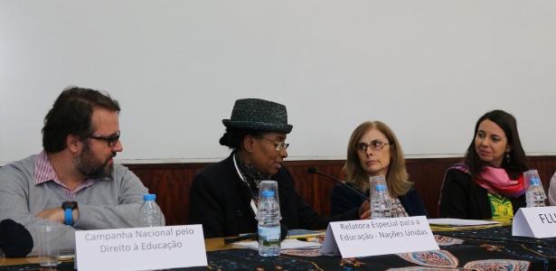 Relatora especial para o direito humano à Educação da ONU, Koumbou Boly Barry (de chápeu) recebendo as informações sobre a PEC 55 da Campanha Nacional pelo Direito à Educação, em atividade realizada em Portugal