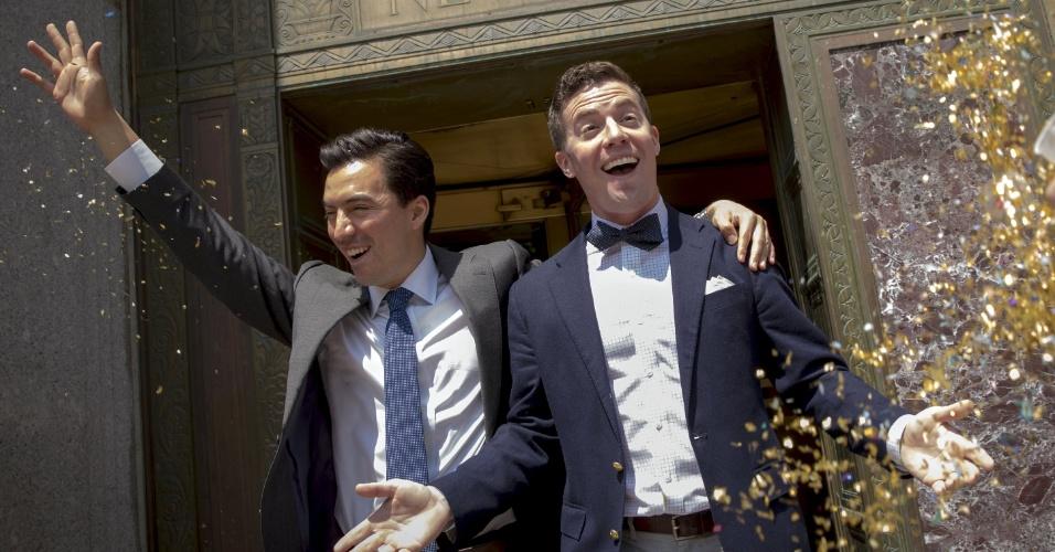 26.jun.2015 - Noivos há dois, Rodrigo Zamora (à esquerda) e Ashby Hardesty deixam o prédio onde trabalham, em Nova York, após seu casamento nesta sexta-feira, pouco depois de a a Suprema Corte, a mais alta instância da Justiça norte-americana, decidir que casais homossexuais devem ter os mesmos direitos que os casais heterossexuais. Na prática, está legalizado o casamento civil gay nos Estados Unidos
