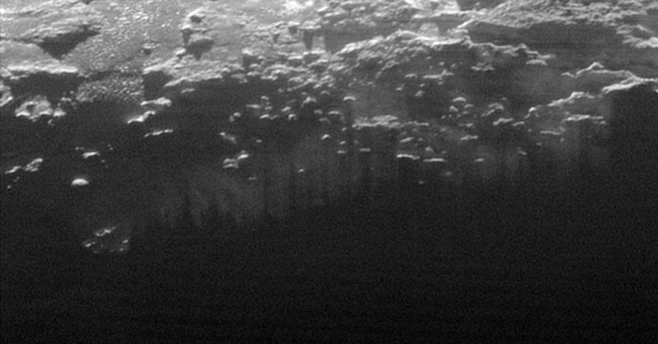 17.set.2015 - A Nasa (Agência Espacial Norte-Americana) divulgou imagens do Sol se pondo e iluminando as colinas e montanhas de Plutão. O registro feito pela nave New Horizons no dia 14 de julho, porém as fotos foram divulgadas nesta quinta-feira (17)